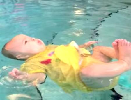 El increíble vídeo de una bebé de seis meses que cae al agua y flota para evitar ahogarse