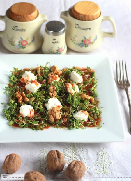Ensalada de corujas, queso de cabra, nueces y tomate rallado, la receta para dar la bienvenida a la primavera