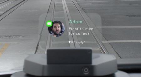 Manejar y ver nuestro Smartphone tomará otro sentido con este proyector