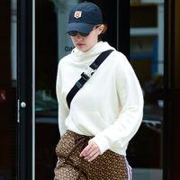 Gigi Hadid se atreve con la tendencia que inunda el street style: unos pantalones con print de logo