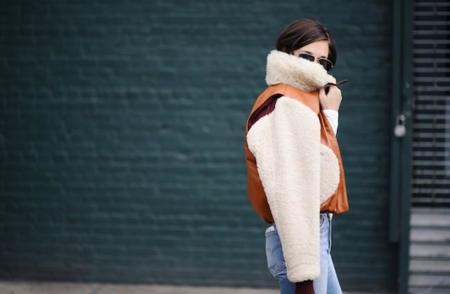 Duelo de chaquetas: looks muy parecidos en chicas muy distintas