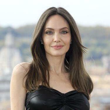 Angelina Jolie se atreve con un vestido de cuero muy ajustado de estilo Y2K para la presentación de Eternals