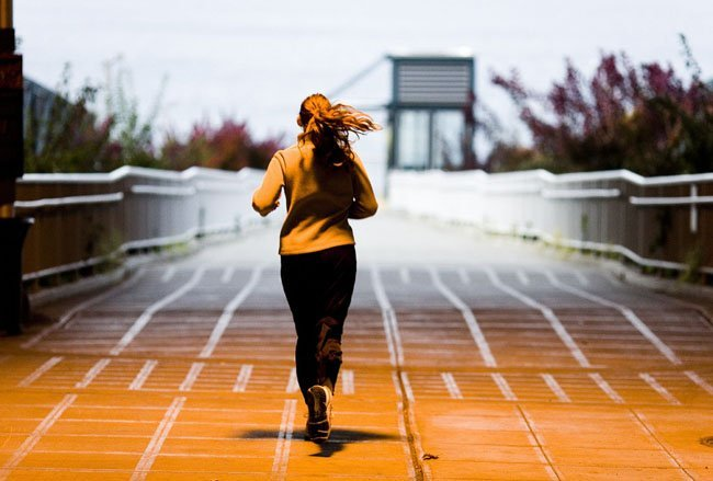 Mujer deportista corriendo