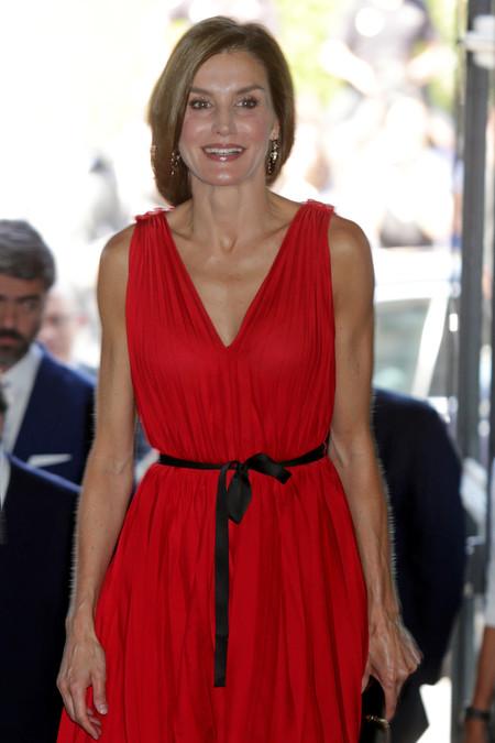 ¿Quieres copiar la estilosa coleta anudada de la reina Letizia? Pues tenemos las claves