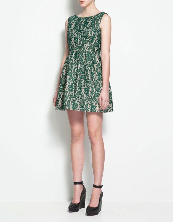 Vestido con falda de vuelo de Zara