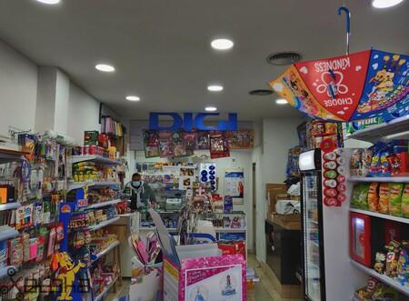 Multitienda Kayros, situada en Canillejas, donde Jose Miguel trabaja y a la vez custodia los paquetes a un lado de la tienda.