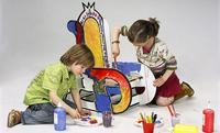 Una mecedora infantil de cartón que fomenta la creatividad de los niños