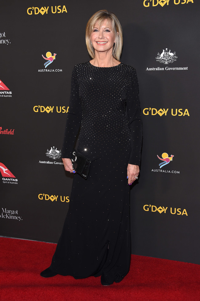 gala g'day alfombra roja red carpet look estilismo outfit Olivia Newton John