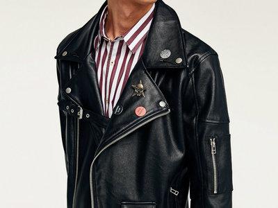 Ya tenemos prenda fetiche para el otoño: la cazadora biker con chapas de Zara