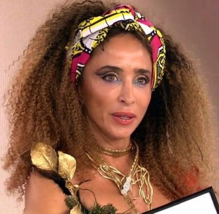 """No, no es la novia de Tarzán, es María Patiño con rastas, corpiño y lista para interpretar """"El baile del Gorila"""" ¡Melody, mejor no mires!"""