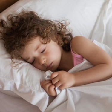 Tras controlar los esfínteres por el día, ¿cuándo le quitamos el pañal por la noche?