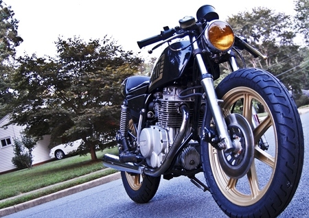 Yamaha XS 400 Moto Hangar: una utilitaria con mucho estilo