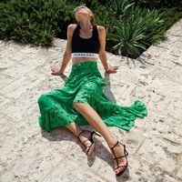 La falda favorita del street style la firma Ganni y viene en uno de los colores estrella de la temporada