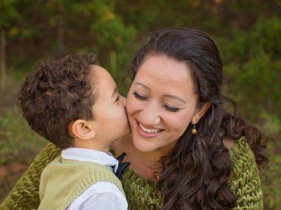 Mi hijo no deja que mi pareja me bese o se acerque: ¿puede tener un niño celos de su padre o madre?