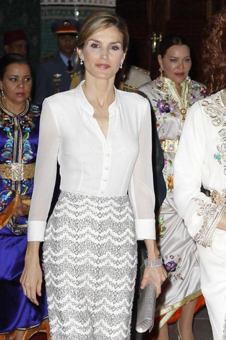 La reina Letizia brilla en Marruecos con un dos piezas al más puro estilo Rania de Jordania