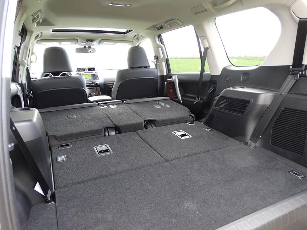 Probamos el Toyota Land Cruiser 180D, todas las imágenes del motor, maletero y otros detalles