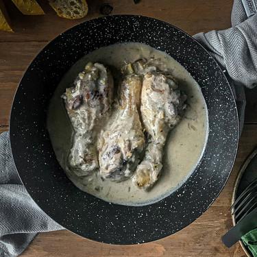 Jamoncitos de pollo en salsa cremosa, receta fácil y lista en poco más de media hora (con vídeo incluido)
