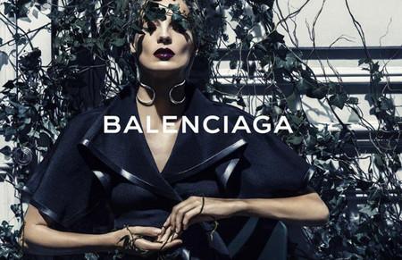 La modelo Daria Werbowy prisionera de una hiedra trepadora en la última campaña de Balenciaga