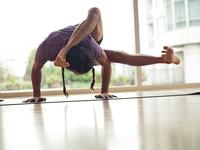 Diez ejercicios de yoga para hacer en el avión
