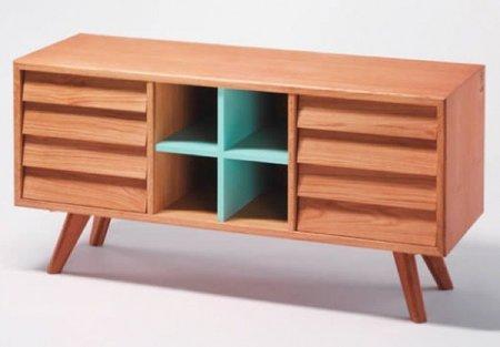Muebles de madera con detalles de color