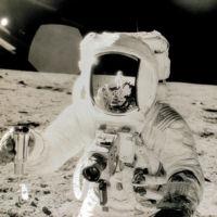 ¿Cómo le explicarías a un astronauta cómo hacer fotografías? Hasselblad lo hizo con este manual