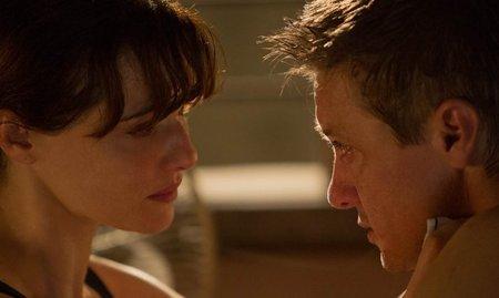 Rachel Weisz y Jeremy Renner en una escena de El Legado de Bourne