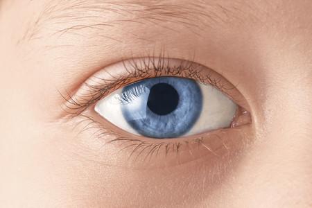 Ojo de un niño de color azul