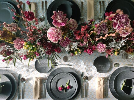 Ve pensando en la primavera: Inspiración para una mesa de fiesta combinando el rosa con una vajilla efecto pizarra