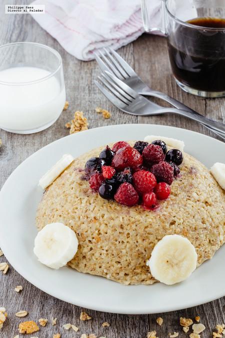 Bowl cake de avena con plátano y frutas rojas. Receta de desayuno saludable
