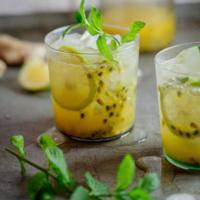 Exótico cóctel oriental con fruta de la pasión y un toque de jengibre