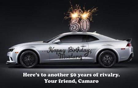 Camaro le desea Feliz 50 Aniversario al Mustang