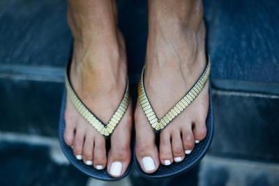 ¿Son las chanclas el calzado más estiloso para un día de playa o piscina?