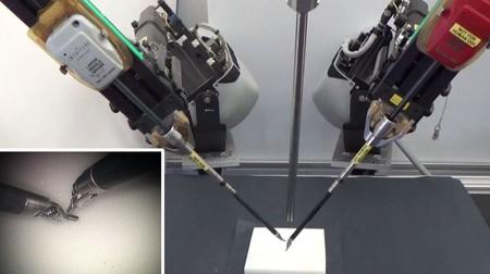 El robot que está aprendiendo a suturar viendo vídeos de cómo lo hacen los cirujanos