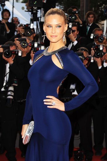 """Bar Rafaeli en la premiere de """"The Beaver"""" en Cannes 2011 con un look de Roberto Cavalli y Chopard"""