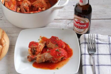 Receta de Pollo cocinado con tomate y cerveza Mahou, complemento perfecto