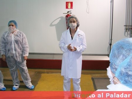 Ropa de seguridad para entrar en la fábrica de hamburguesas de McDonald´s