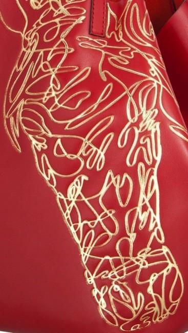 Carolina Herrera reinterpreta el año del caballo en un bolso en edición limitada