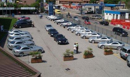 Concesionario lleno de Mercedes SLR Mclaren