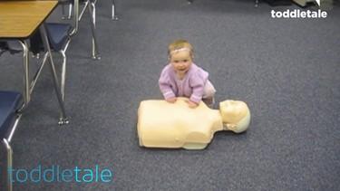 El vídeo de la adorable niña que salva la vida a un muñeco