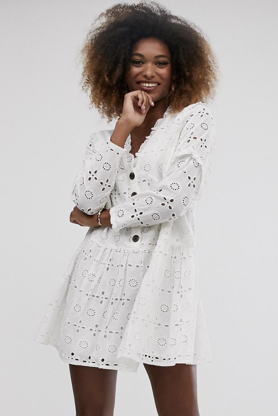 Vestido corto amplio con diseño escalonado y abotonado con bordados en blanco de ASOS DESIGN