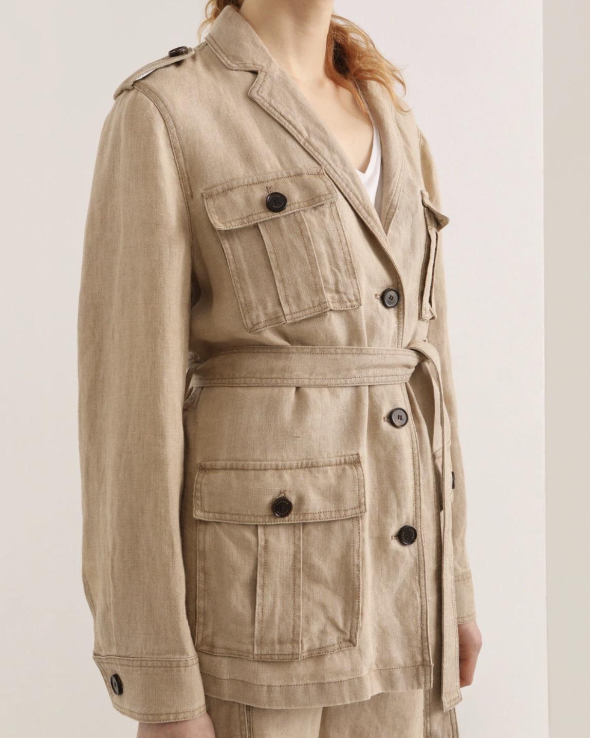 Chaqueta sahariana de lino en color beige. Con cuatro bolsillos y lazada en la cintura.