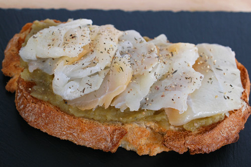 Tosta de paté de berenjena con bacalao ahumado: receta de picoteo o para solucionarte la cena