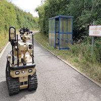 """Este robot desactiva bombas con una mano que controla y """"siente"""" el operador responsable"""