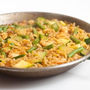 Fideuá de gambas y verduras, receta sencilla