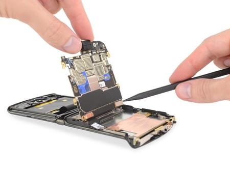 iFixit destripa el Motorola razr para confirmar que se trata de un smartphone fascinantemente complejo y casi imposible de reparar