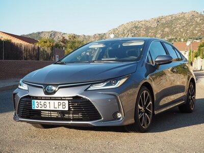 Placeres y kilómetros, así hemos ensayado en carretera con el Toyota Corolla Sedan Electric Hybrid