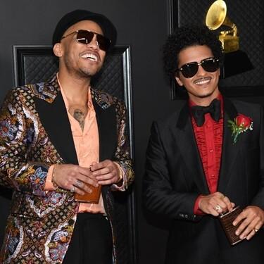 Bruno Mars rinde tributo a los años setenta con su look en la alfombra roja de los GRAMMYs