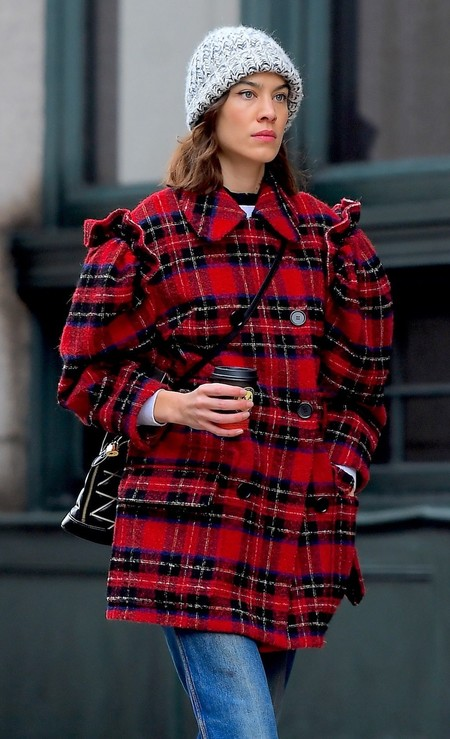 Alexa Chung nos recuerda la importancia de tener a mano un abrigo a cuadros tartán. Aprovecha las rebajas y hazte con uno