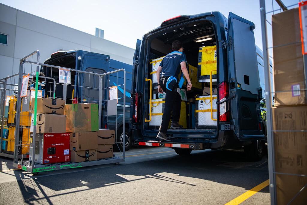 Amazon empieza a usar cámaras con IA para monitorizar furgonetas y conductores de reparto durante el 100% del trayecto