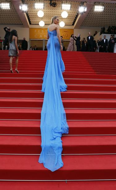 Blake Lively, una embarazada muy sexy en la cuarta alfombra roja del Festival de Cannes 2016